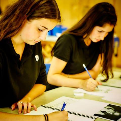 Deux étudiantes du Collège Trinité faisant des devoirs.