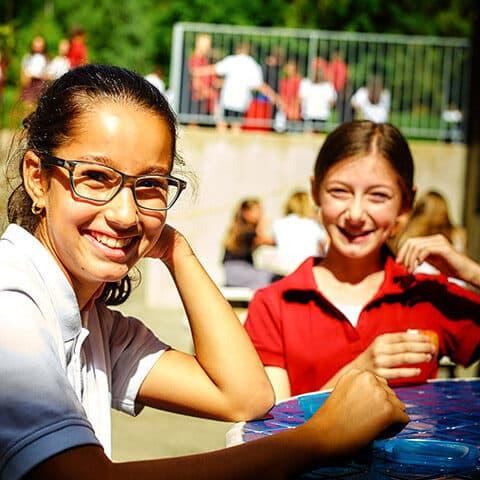 Collège-Trinité-Saint-Bruno-de-Montarville-Étudiants-Autour-Table-Cours-Extérieure