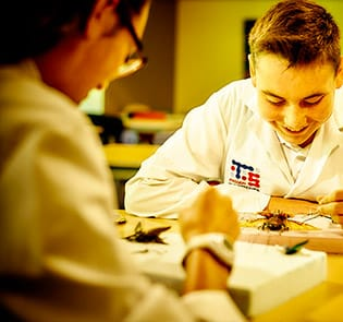 Collège-Trinité-Saint-Bruno-de-Montarville-Étudiants-Faisant-Expérience-Scientifique