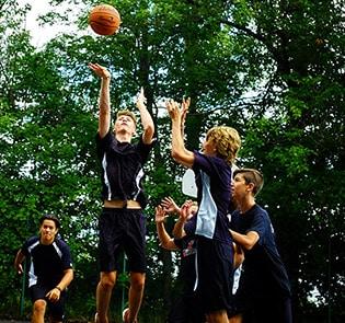 Collège-Trinité-Saint-Bruno-de-Montarville-Étudiants-Jouant-Basketball