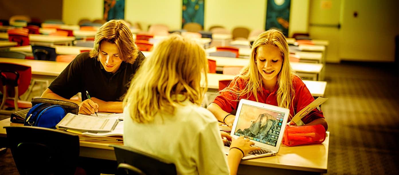 Collège-Trinité-Saint-Bruno-de-Montarville-Étudiants-Faisant-Projet-sur-Ordinateurs-Portables
